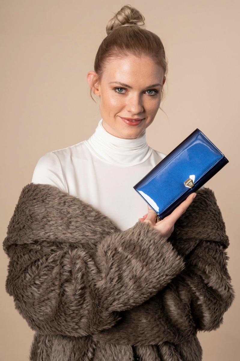 Modelka Honorata z wygranym, lakierowanym portfelem damskim Betlewski